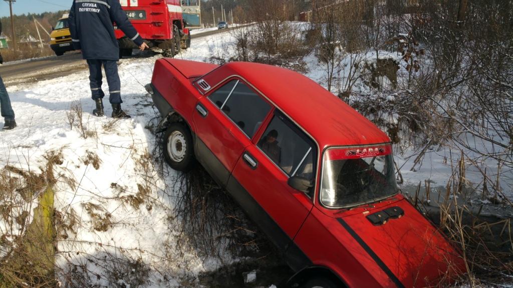 На Волині через погодні умови автомобіль злетів у кювет. ФОТО