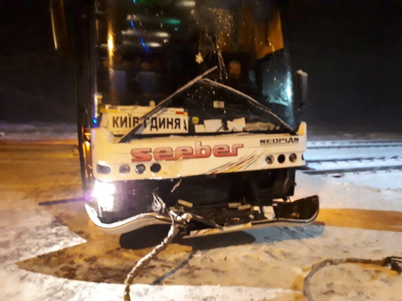 На Волині автобус міжнародного сполучення з'їхав на залізничну колію. ФОТО