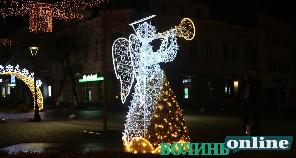 У Луцьку засяяла «вулиця різдвяних янголів». ФОТО