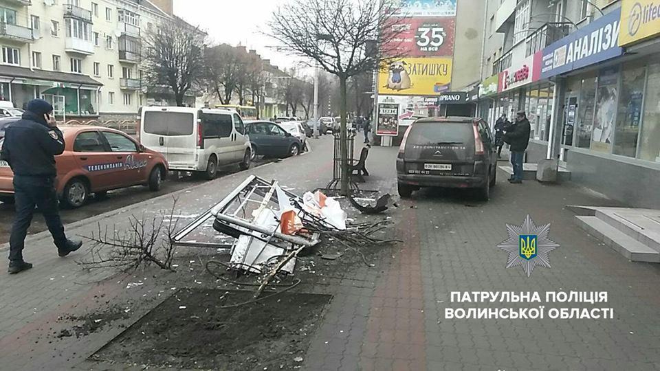 У Луцьку п'яний водій збив рекламний щит і дерево. ФОТО