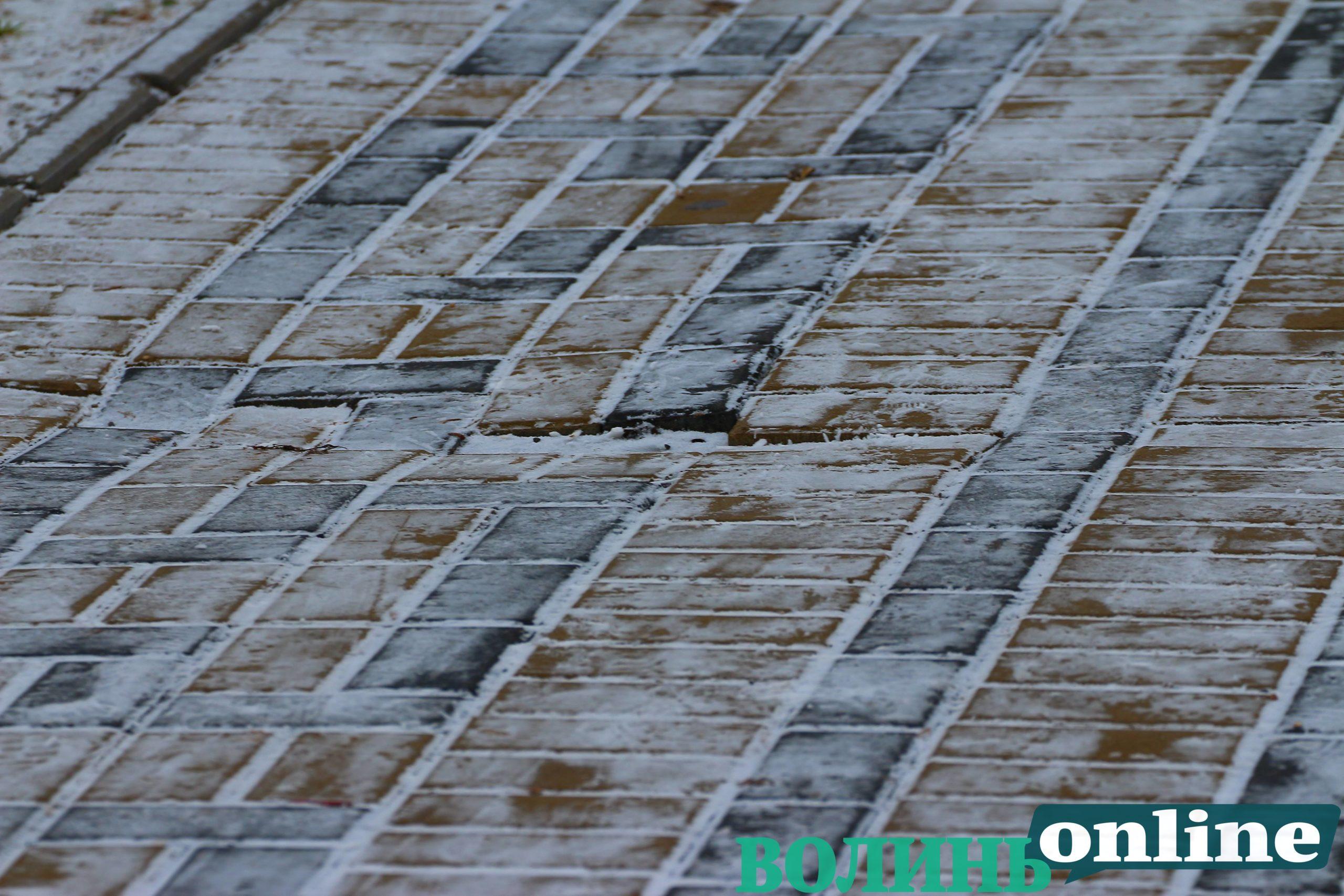 У Луцьку в парку почала руйнуватися нещодавно покладена доріжка. ФОТО