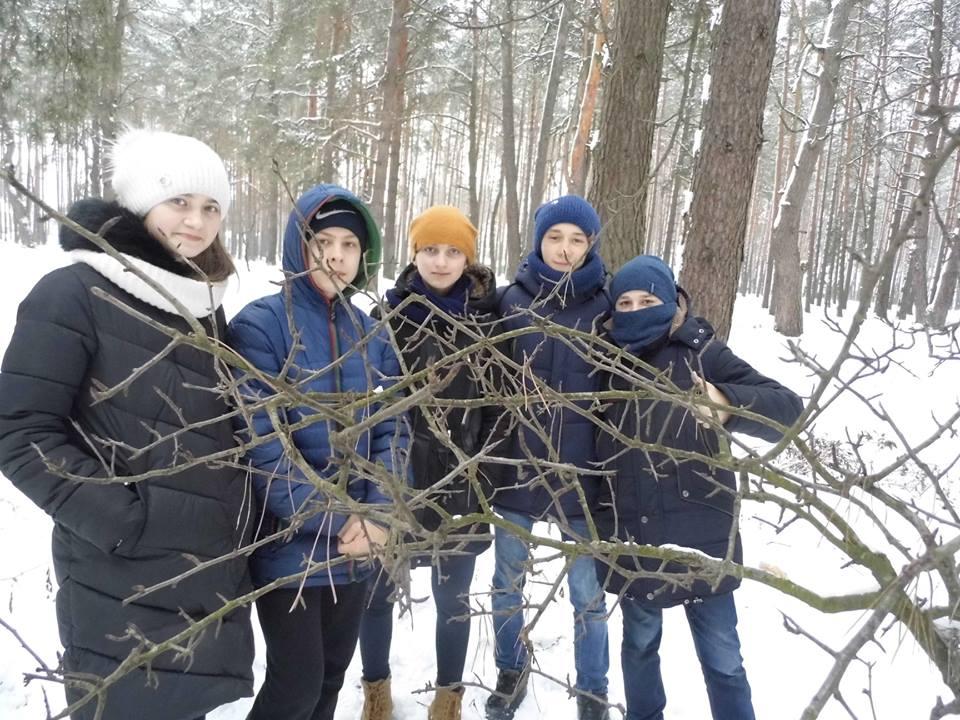 Юні волинські лісівники підгодовують птахів. ФОТО