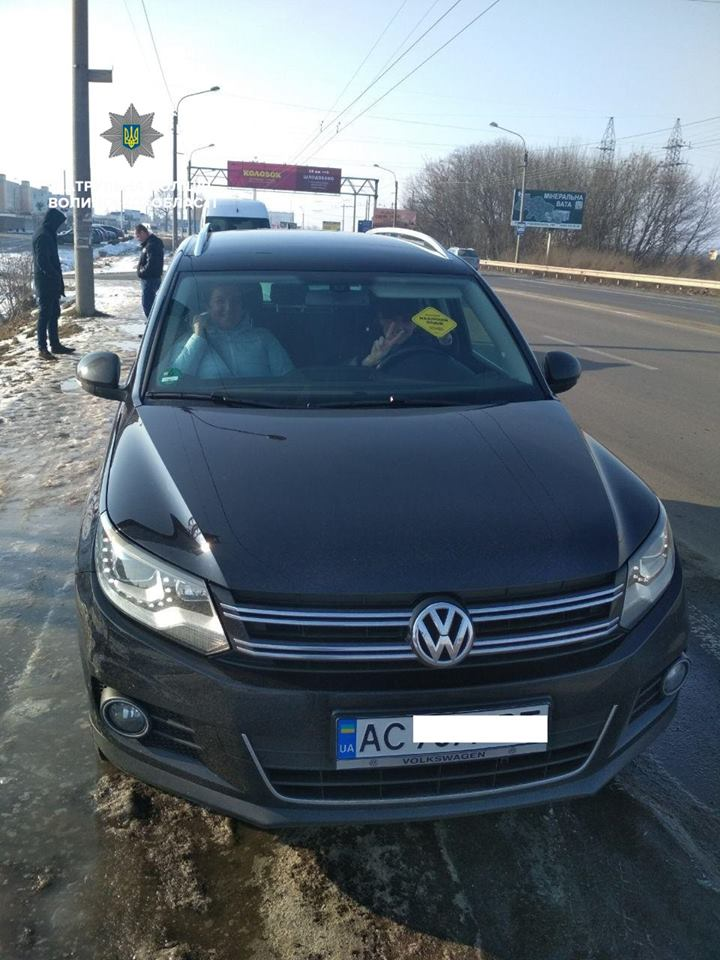 У Луцьку патрульні свідомим водіям вручають акційні наліпки