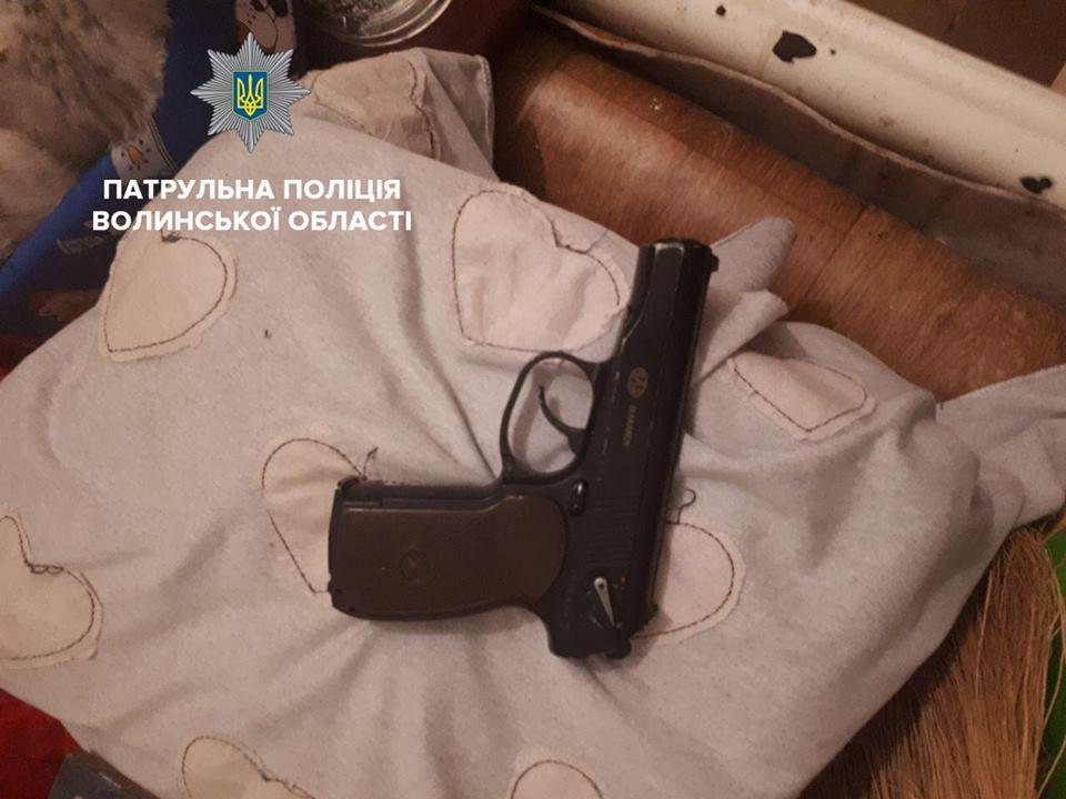 У Луцьку затримали озброєного чоловіка, який рвався в чуже помешкання. ВІДЕО