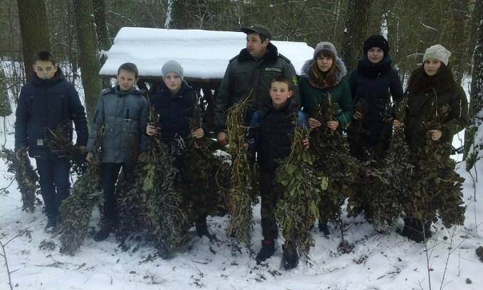 Волинські школярі допомагають лісівникам підгодовувати диких тварин. ФОТО