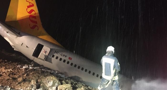 У Туреччині літак викотився за межі посадкової смуги та ледь не впав у море