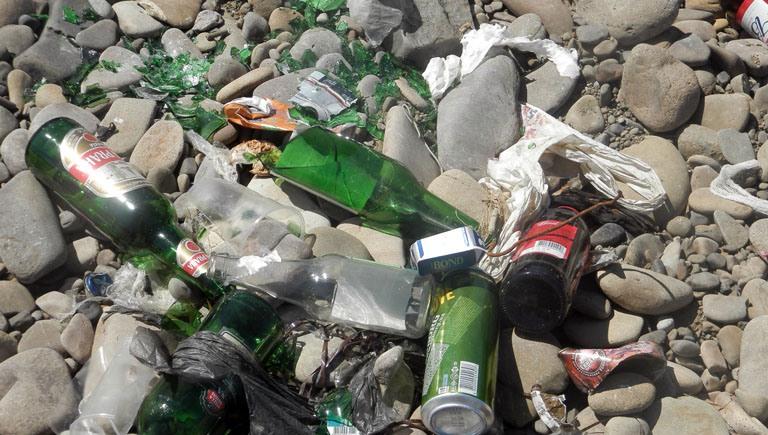 У Луцьку просять прибрати сміття під аварійним парканом