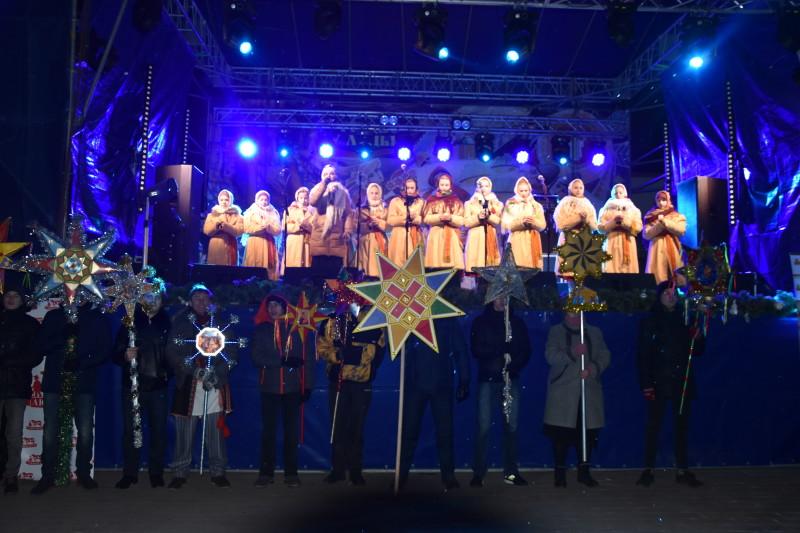 Лучани та гості міста разом колядували й віншували на Театральному майдані. ФОТО