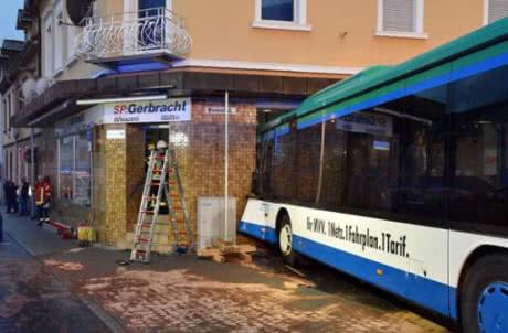 У Німеччині шкільний автобус врізався в стіну будинку