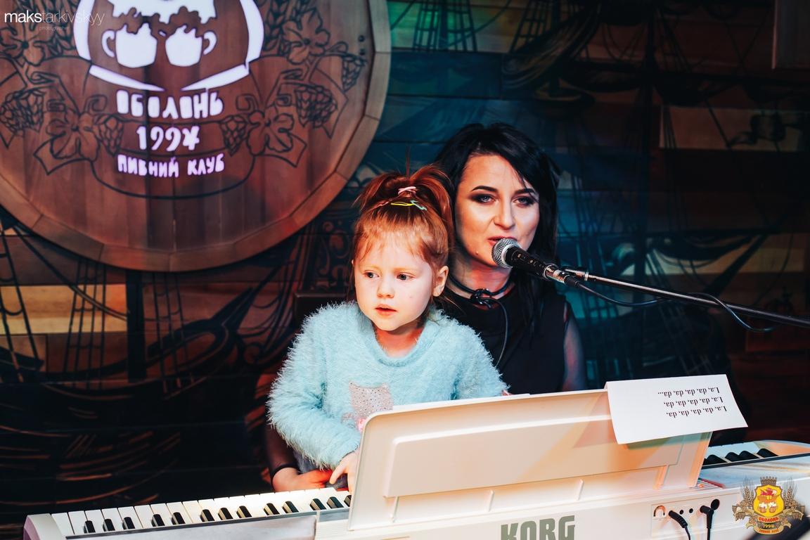 У Луцьку Галина Конах та її вихованці співали колядки. ФОТОРЕПОРТАЖ