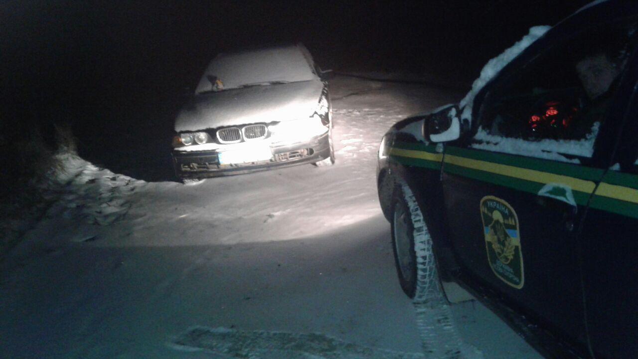 На Волині лісопорушники, втікаючи, залишили автомобіль з документами. ФОТО