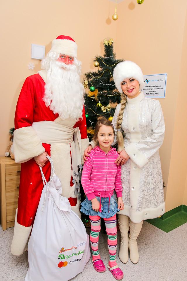 У Луцьку маленьким пацієнтам лікарні подарували новорічне диво