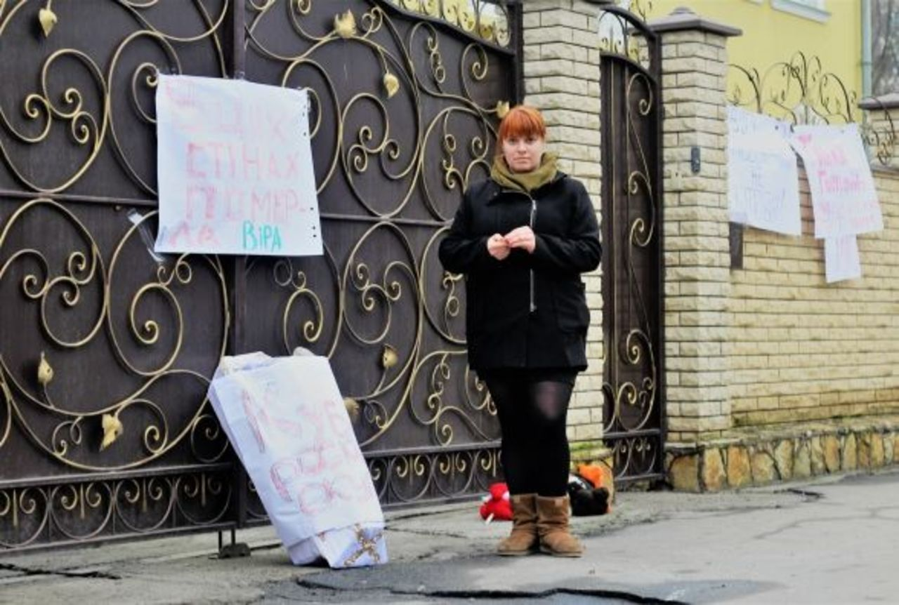 У Вінниці до будинку єпархії УПЦ МП активісти принесли труну