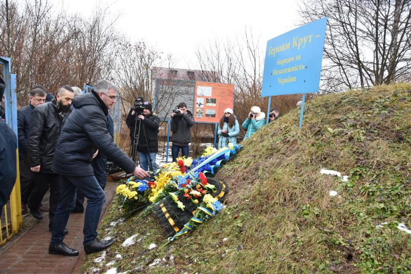 Лучани вшанували пам'ять Героїв Крут. ФОТО