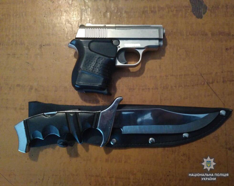 У волинянина поліцейські вилучили ніж і пістолет