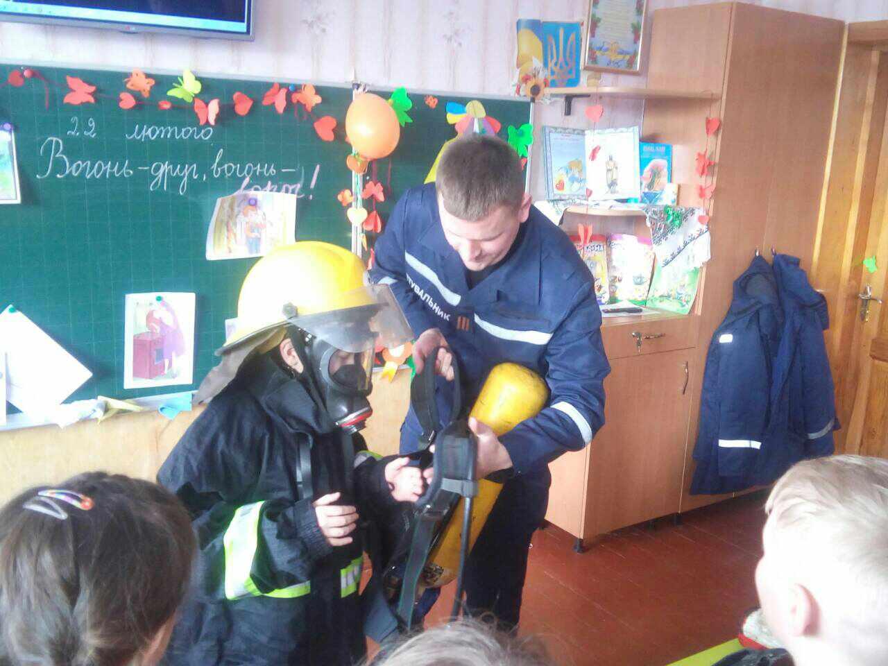 У Луцьку другокласники одягнули пожежні боївки. ФОТО