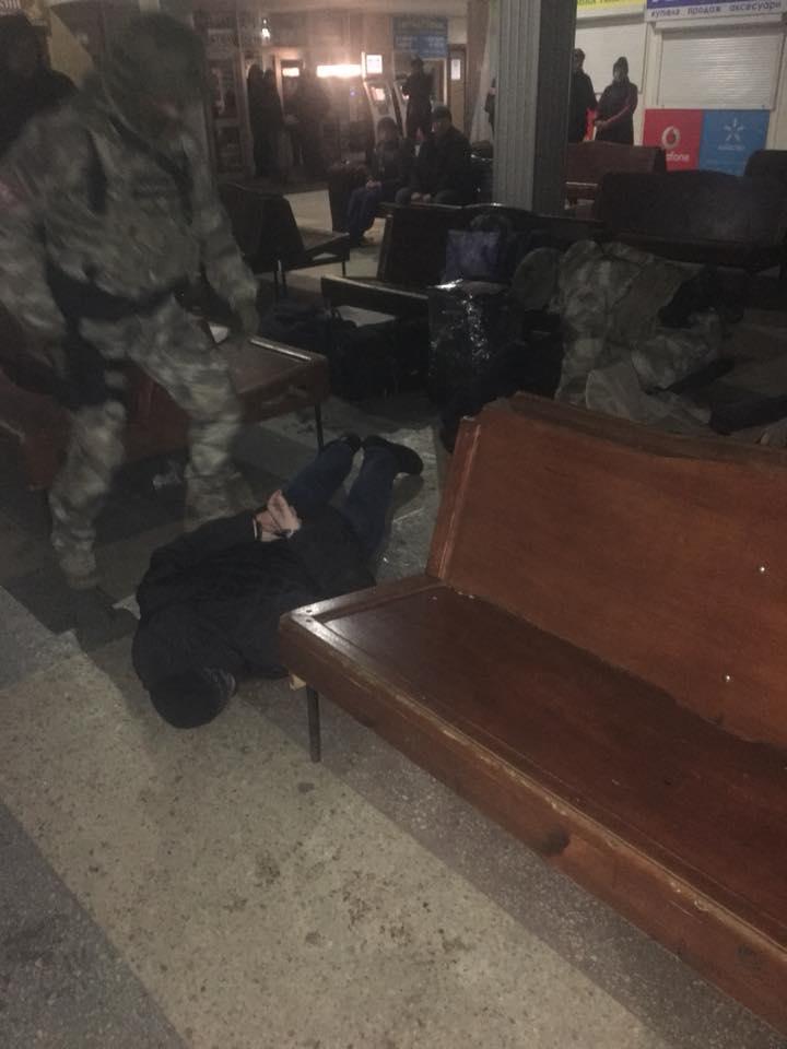 У Луцьку на автовкзалі поліція зі зброєю затримала групу людей. ФОТО