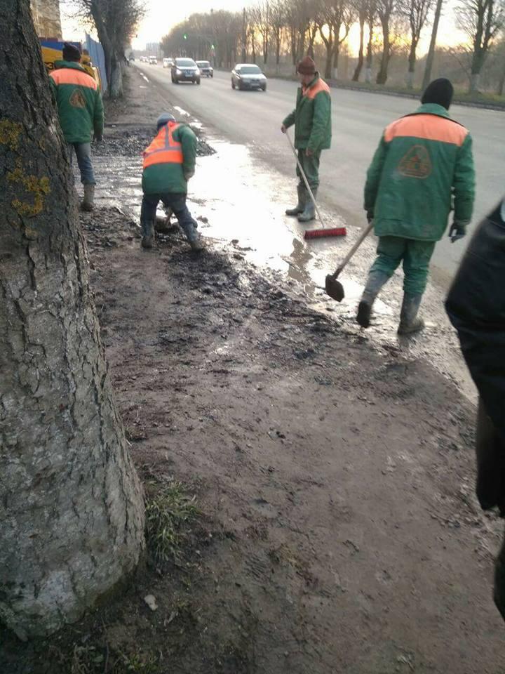 У Луцьку будівельників змусили почистити дорогу, яку вони забруднили. ФОТО