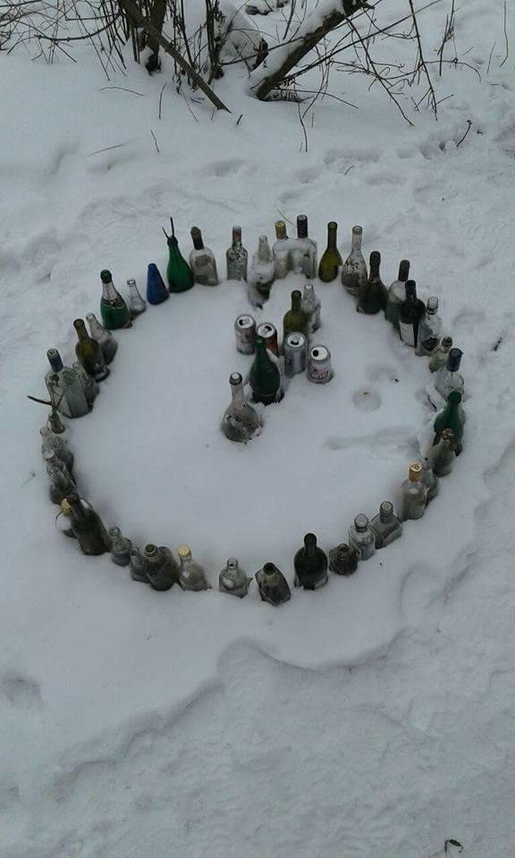 У Центральному парку Луцька невідомі виклали з пляшок хрест в колі. ФОТО
