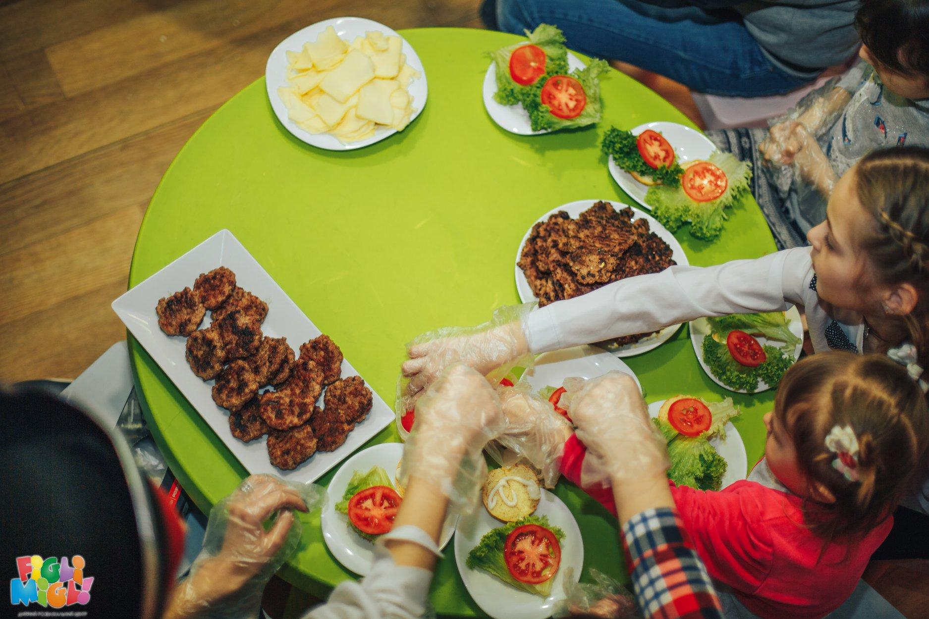 У Луцьку малюки готували велетенські бургери. ФОТО