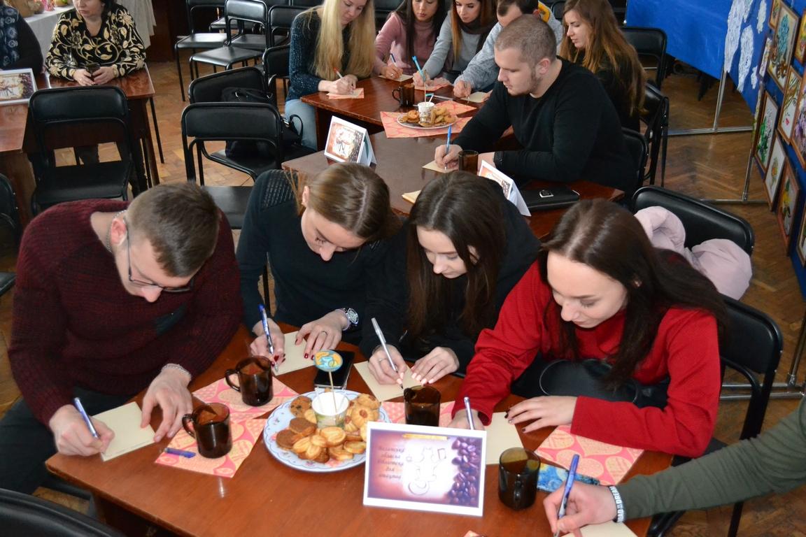 У Луцьку студенти-міжнародники в бібліокафе практикувалися в рідній мові. ФОТО
