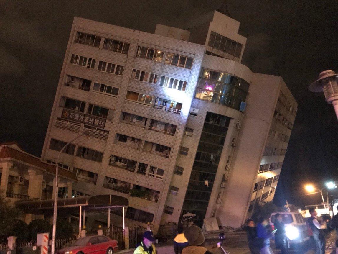 На Тайвані через землетрус магнітудою 6,4 завалився готель: всередині перебувають люди