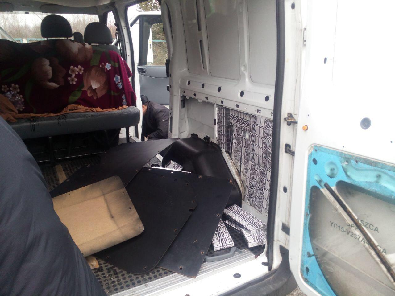 Волинські митники виявили в авто громадянина Білорусі схованку цигарок. ФОТО
