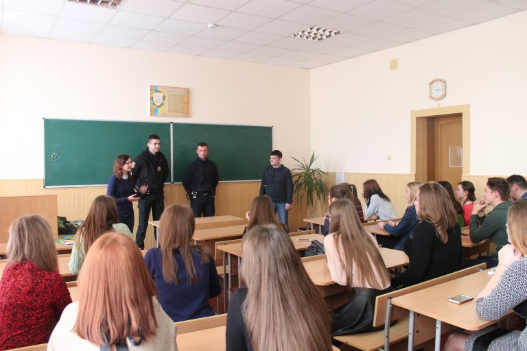 Луцькі патрульні спілкувалася зі студентами педколеджу. ФОТО