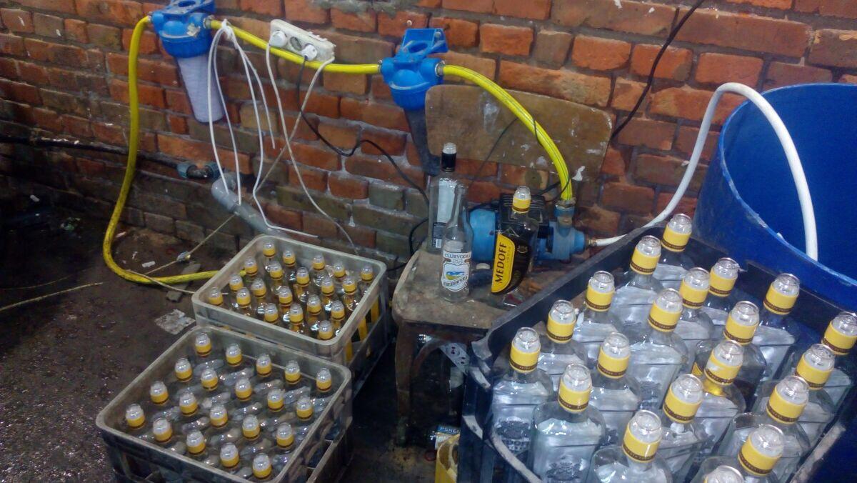 У Луцькому районі виявили підпільний цех із виробництва контрафактного алкоголю. ФОТО