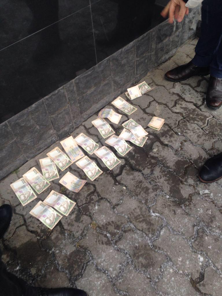 На Волині валютник намагався дати хабар поліцейському. ФОТО