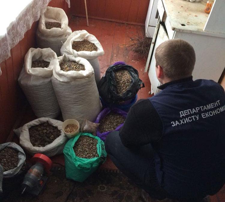 На Волині поліція вилучила з підпільних цехів бурштину на півмільйона гривень. ФОТО