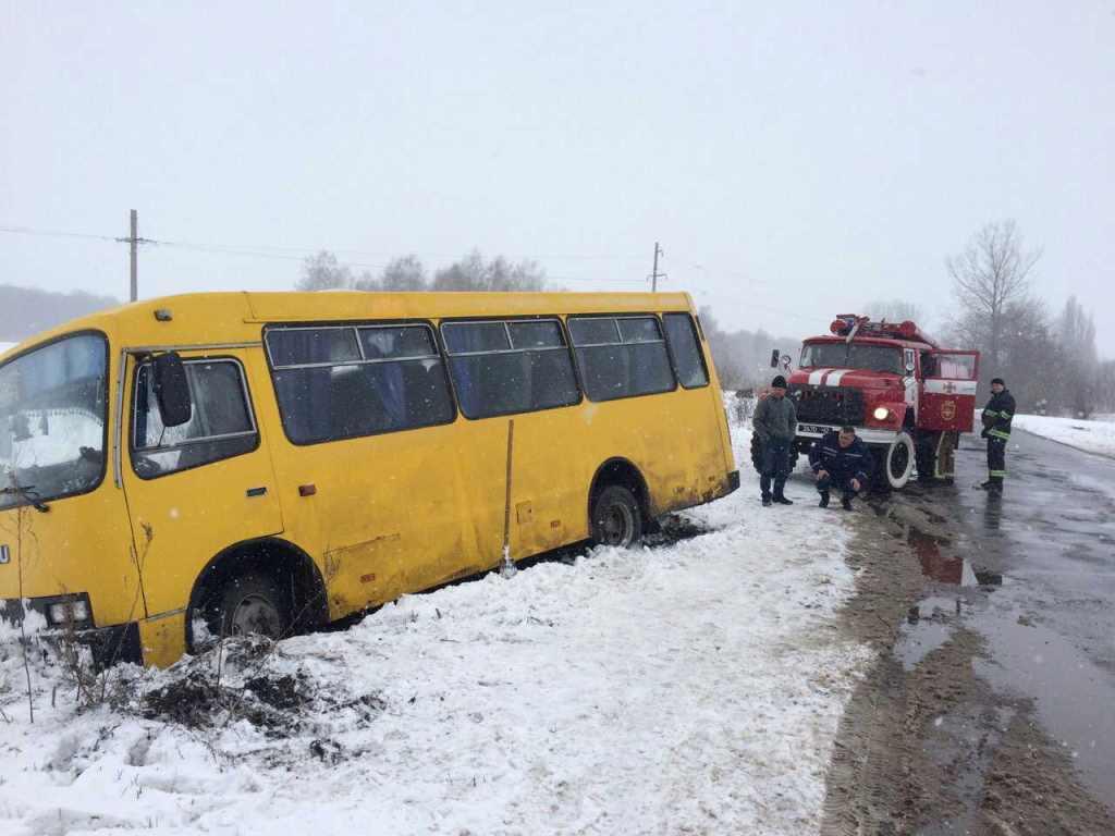 На Волині рятувальники відбуксирували рейсовий автобус із кювету