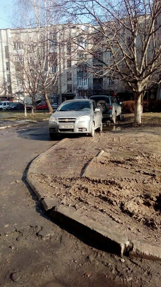 У луцькому дворі водії припаркувалися на газоні