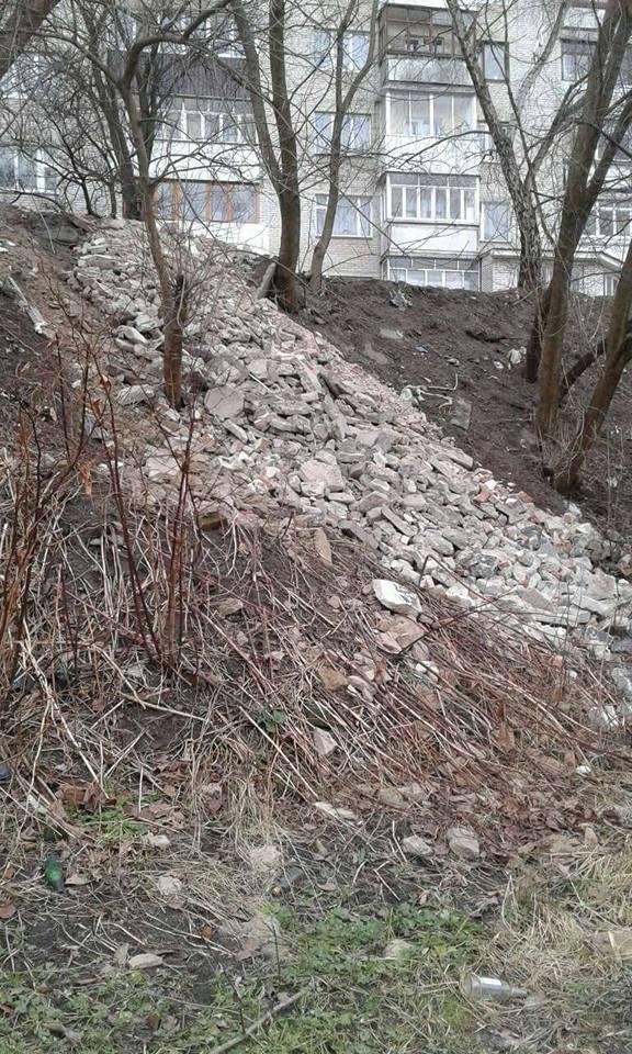 У Луцьку на схили річки висипали будівельне сміття. ФОТО