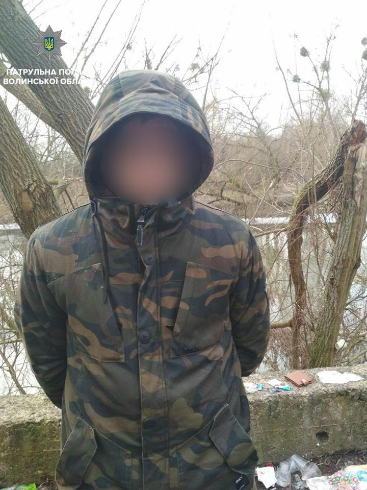 У луцькому парку патрульні затримали молодиків з речовиною, схожою на наркотики