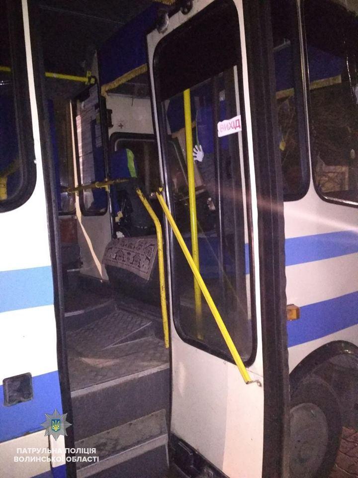У Луцьку молодик заліз у автобус, щоб поспати