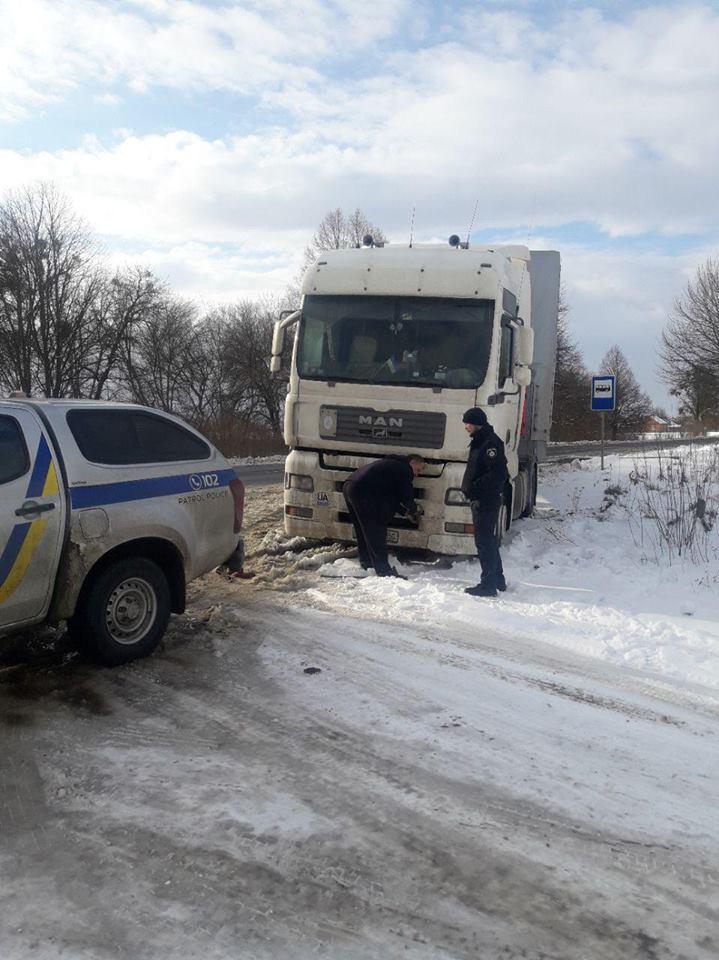 Поблизу Луцька полісмени витягнули фуру з снігового колапсу. ФОТО. ВІДЕО