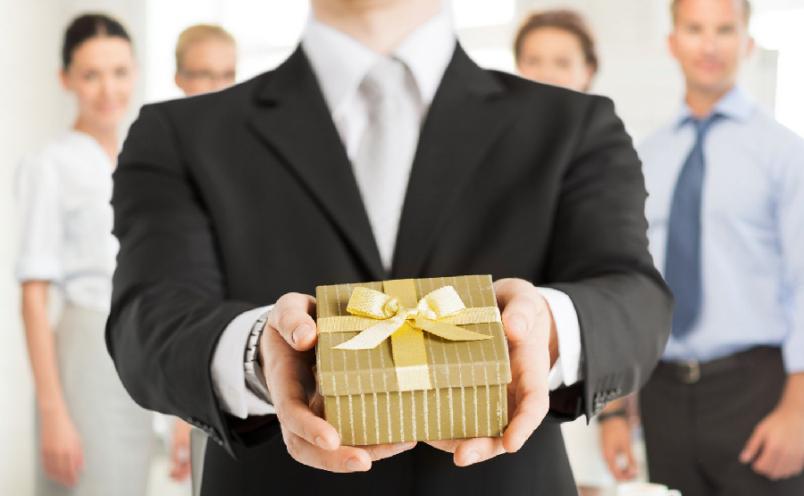 Подарунки на роботі – як дарувати правильно