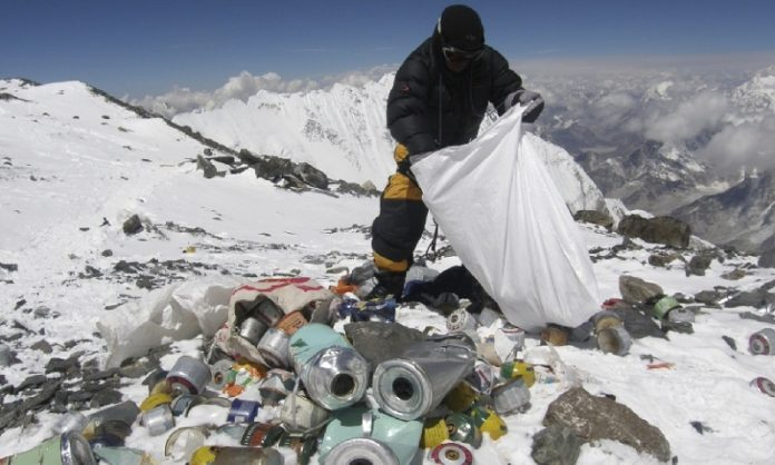 Еверест очистили від п'яти тонн сміття