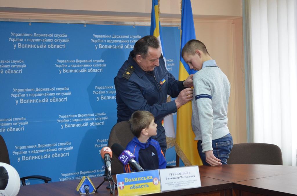 На Волині підліток, який врятував на льоду другокласника, отримав медаль. ФОТО.ВІДЕО