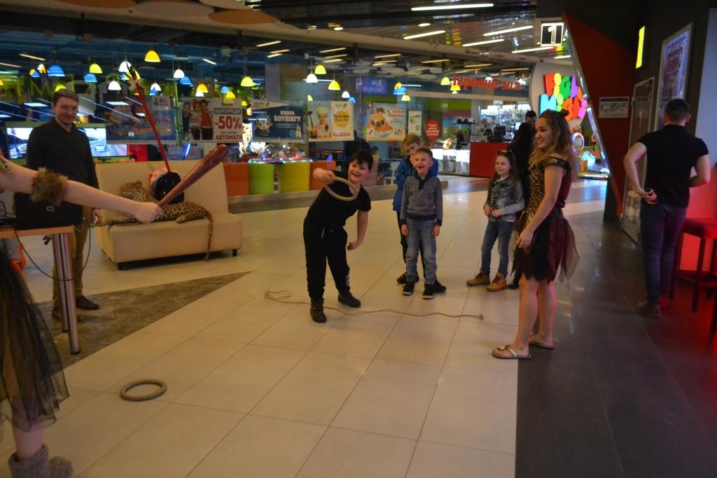 У луцькому кінотеатрі до прем'єри мультфільму влаштували розваги для дітей. ФОТО