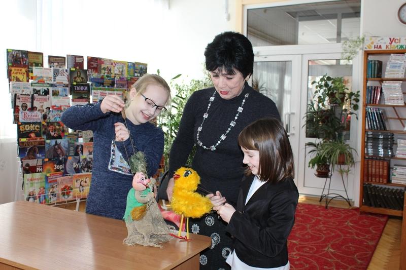 У Луцьку юні читачі книгозбірні спробували себе у ролі акторів лялькового театру. ФОТО