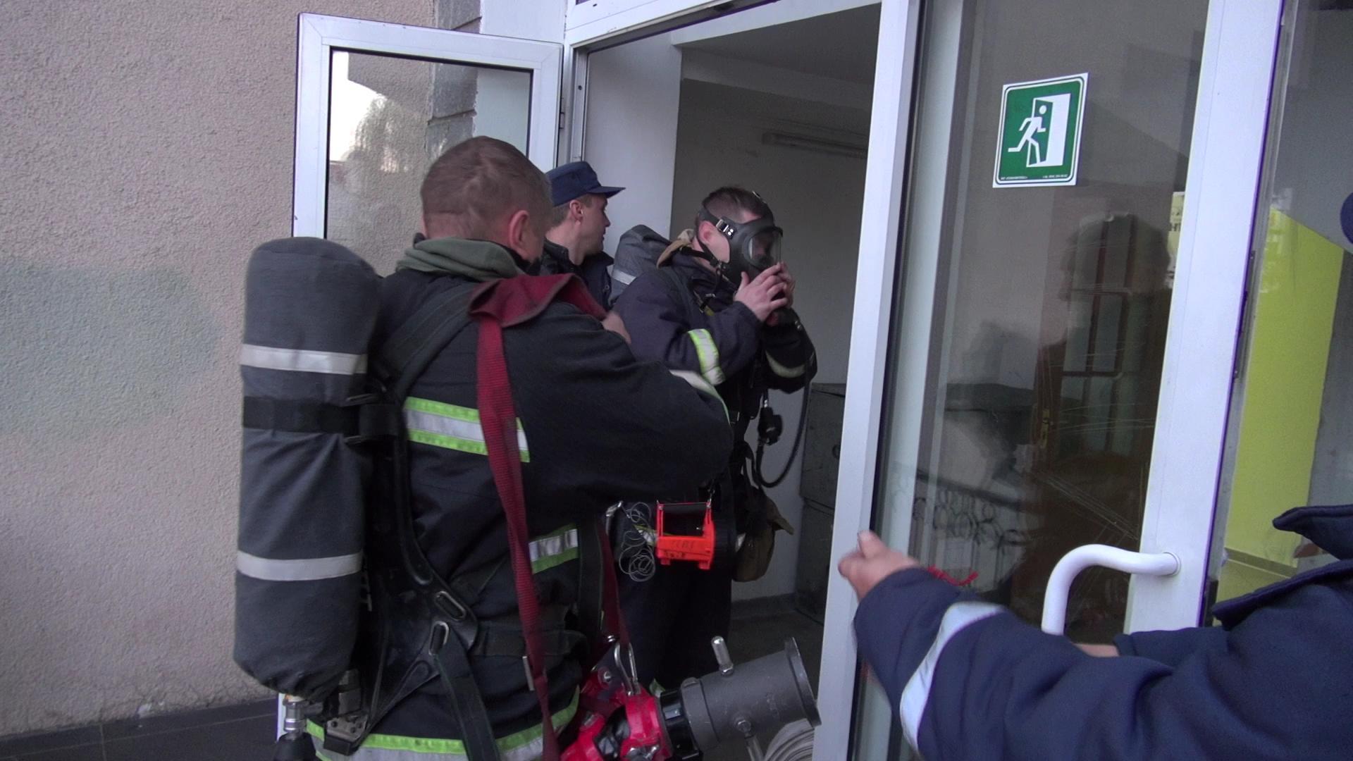 У Луцьку рятувальники тренувались гасити пожежу в найбільшому театрі області. ФОТО. ВІДЕО