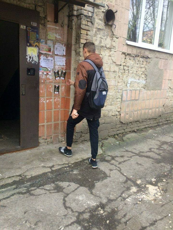 У Луцьку «на гарячому» спіймали молодика, який розклеював рекламу. ФОТО