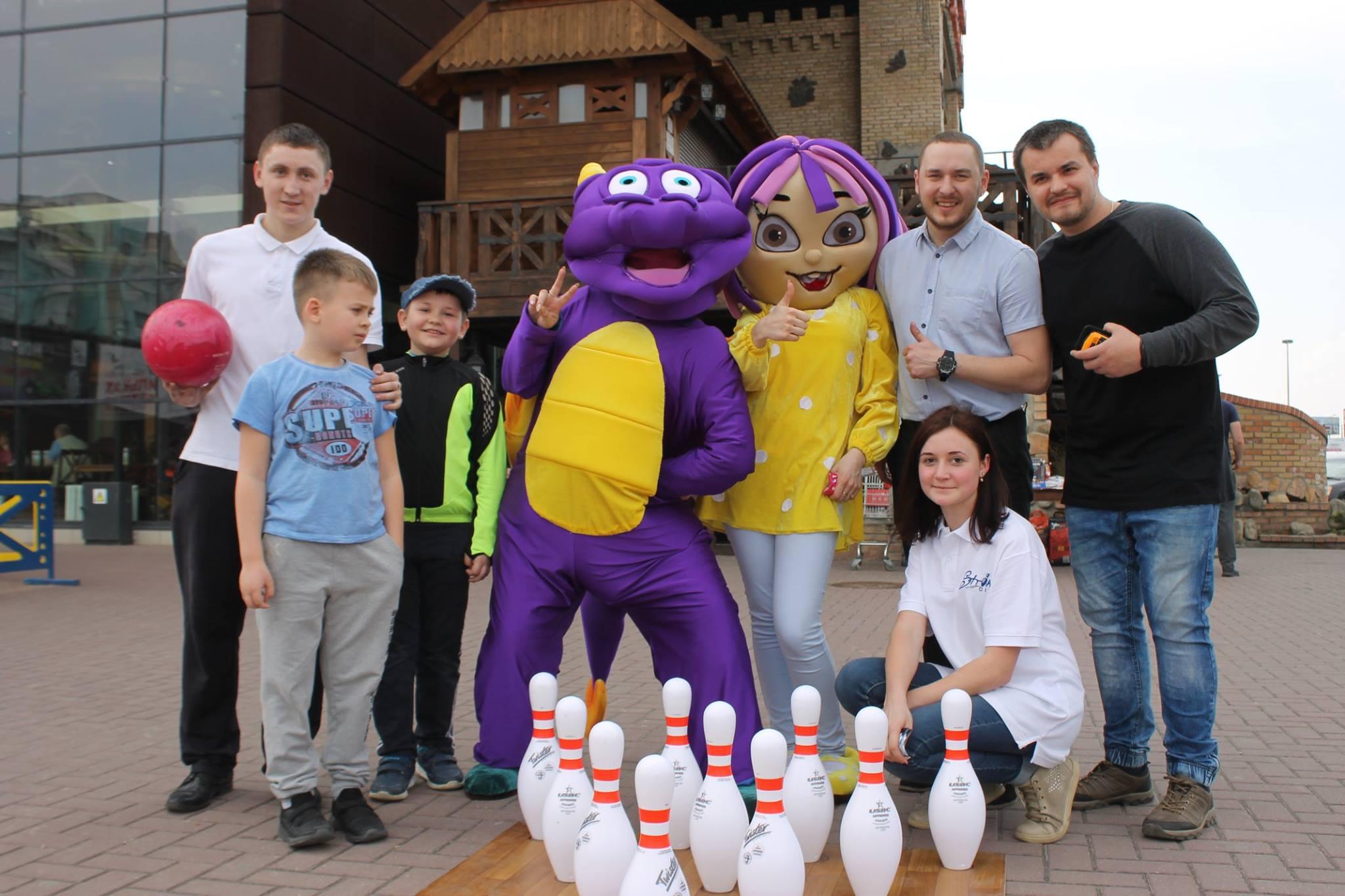 У Луцьку для дітей організували виїзну школу боулінгу. ФОТО