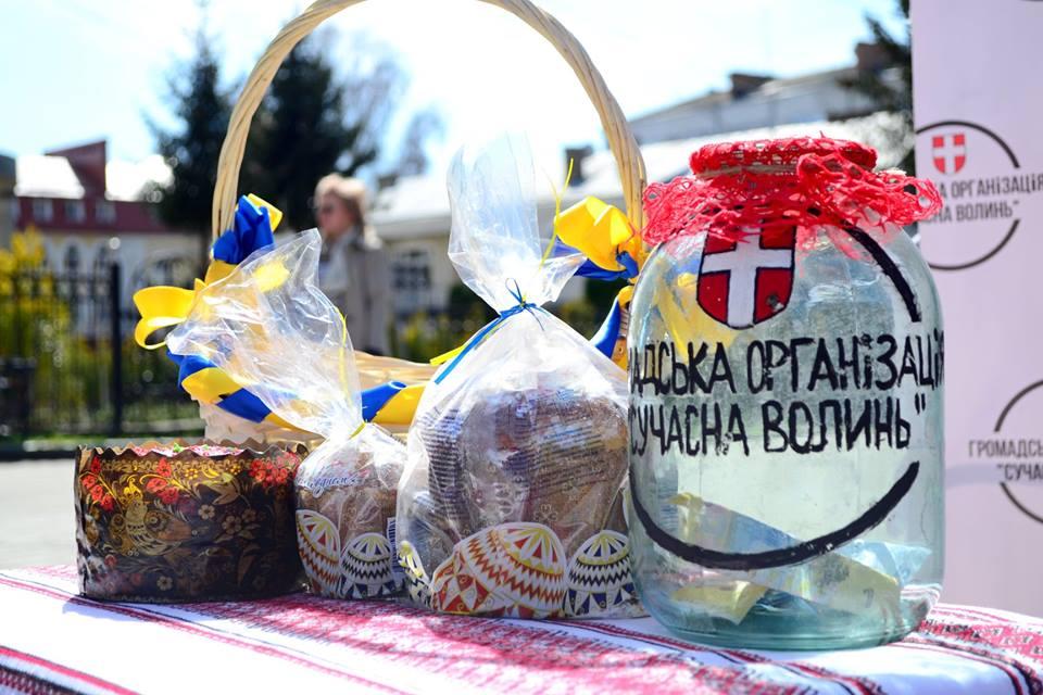 У Луцьку збирають продукти та великодні страви для захисників