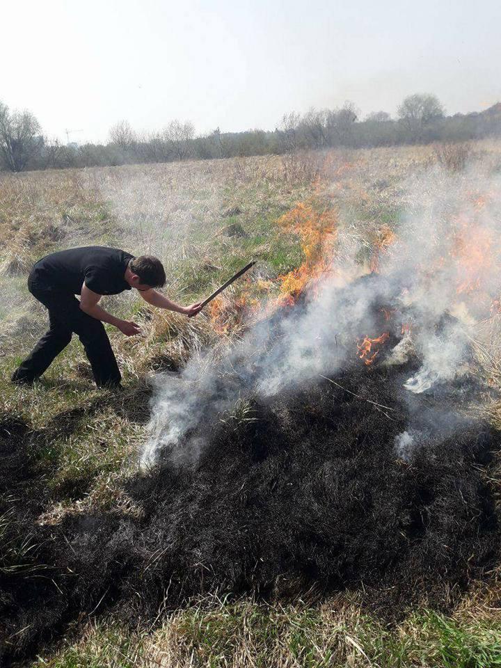 У Луцьку невідомі підпалили суху траву на березі Стиру. ФОТО