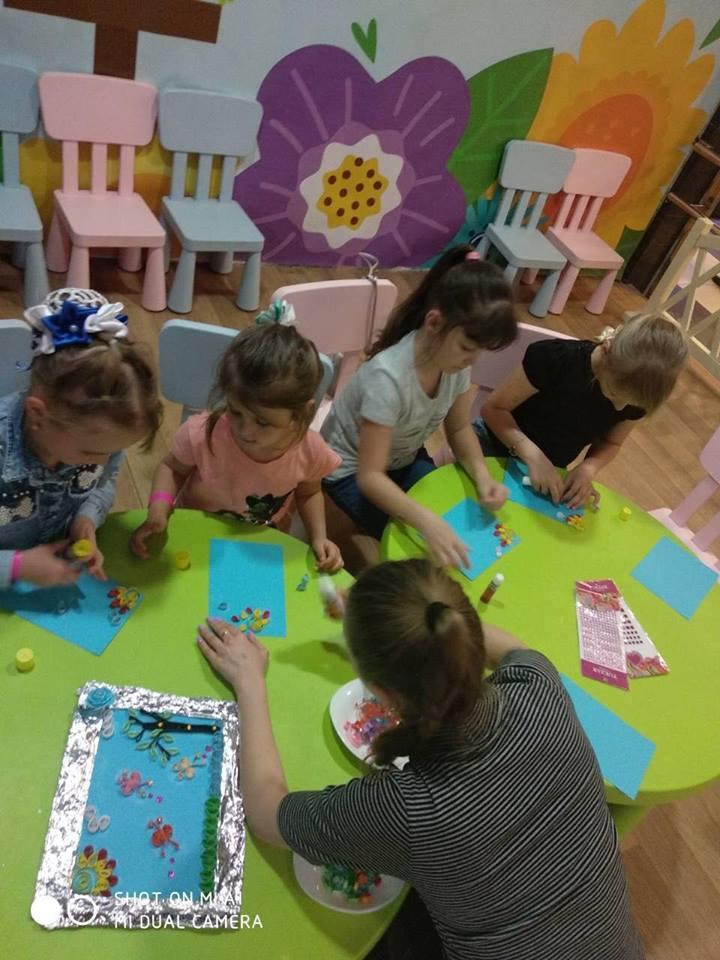 У Луцьку малюки вчилися виготовляти картини у техніці квілінг. ФОТО