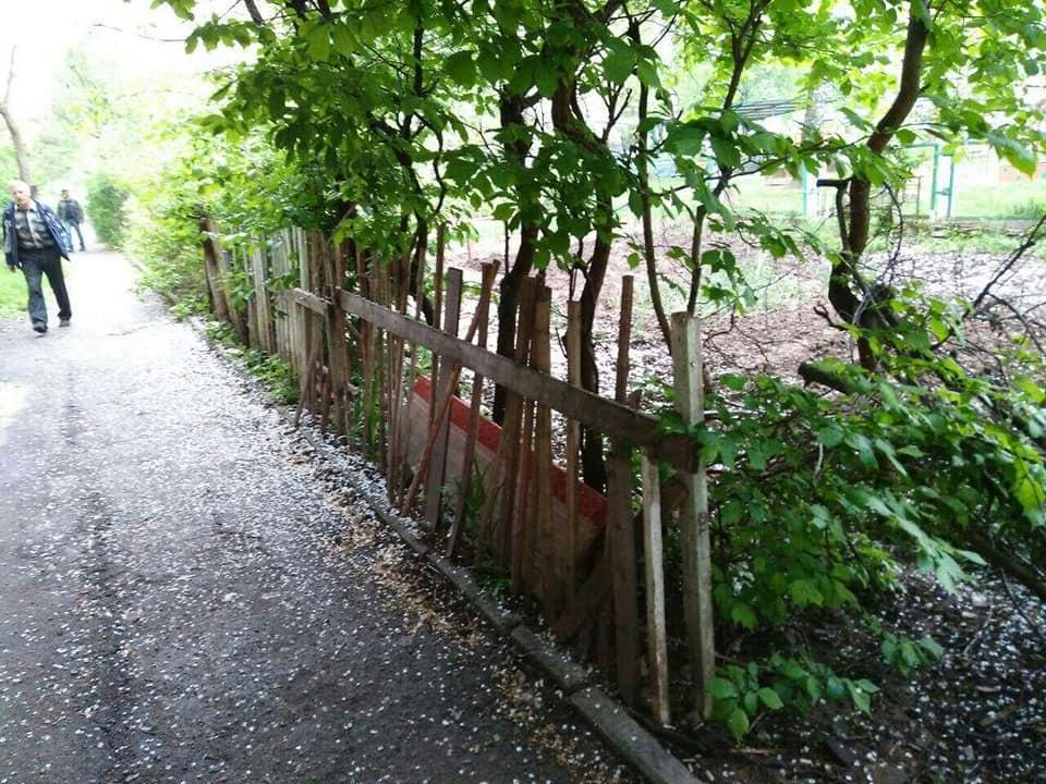 Муніципали зносять паркани у луцьких дворах. ФОТО