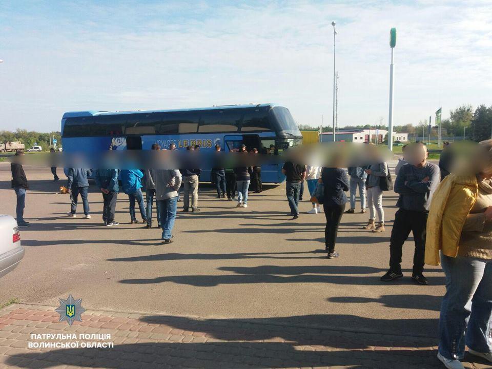 На Волині пасажири боронили від патрульних водія автобуса, який порушив правила